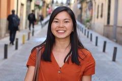 Frankt av en verklig asiatisk kvinna utomhus fotografering för bildbyråer