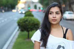 Frankt av etnisk kvinna på gatan royaltyfri fotografi