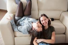 Frankt foto av att skratta för två systrar arkivbild