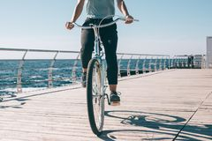 Frankt foto av en ung kvinna som rider en kryssarecykel royaltyfri fotografi