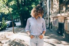 Frankt livsstilfoto av den trendiga kvinnliga bärande blåa skjortan arkivfoton