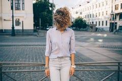 Frankt livsstilfoto av den trendiga kvinnliga bärande blåa skjortan arkivbilder