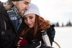 Frankt skott av förälskat omfamna för par utanför Arkivbild