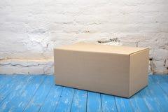 Franqueo y servicio del embalaje Cierre del paquete foto de archivo libre de regalías
