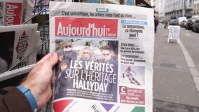 Frans Aujourd'hui-tijdschrift met portret van Franse zanger Johnny Hallyday stock video