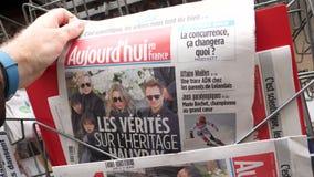 Frans Aujourd'hui-tijdschrift met portret van Franse zanger Johnny Hallyday stock videobeelden