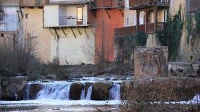 Frans dorp van Renne les Bains in Aude en watervallen op Zoutenrivier stock video