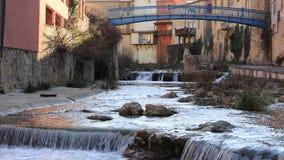 Frans dorp van Renne les Bains in Aude en watervallen op Zoutenrivier stock footage