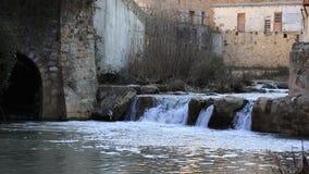 Frans dorp van Renne les Bains in Aude en watervallen op Zoutenrivier stock videobeelden