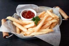 Frans gebraden met ketchup stock fotografie