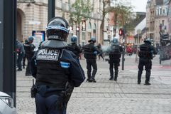 Frans gemeentelijk politieagente tijdens de rel van middelbare schoolstudenten op de zijlijn van de beweging van gele vesten stock fotografie