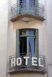 Frans hotel met balkon en deuren in Parijs, Frankrijk Stock Afbeelding