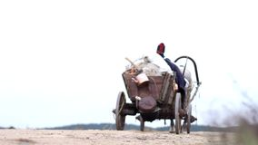 Frans konvooi die op een lege weg reizen stock footage