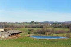 Frans landschap met meer en heuvels Royalty-vrije Stock Afbeeldingen