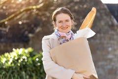 Frans meisje met baguettes stock foto's