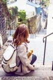 Frans meisje met baguettes royalty-vrije stock fotografie