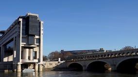 Frans Ministerie voor de Economie en de Financiën en Bercy-brug - Parijs stock video