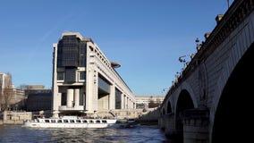 Frans Ministerie voor de Economie en de Financiën en Bootverkeer - Parijs stock videobeelden