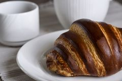 Frans ontbijt met croissant en koffie stock foto