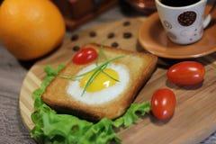 Frans ontbijt - toost met ei stock foto