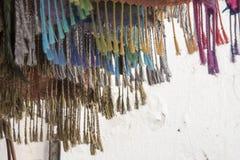 Frans på färgrika textiler på försäljning i en marockansk marknad fotografering för bildbyråer