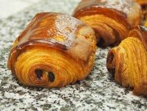 Frans pijnau chocolat, marmeren oppervlakte Stock Foto's