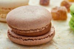 Franse bruine macaron op ver*pakken-papier Stock Afbeeldingen