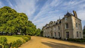 Franse Chateau in Frankrijk onder blauwe hemel Royalty-vrije Stock Afbeeldingen