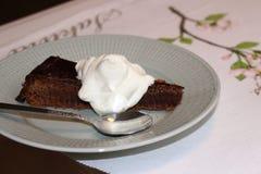 Franse chocoladecake met slagroom stock fotografie