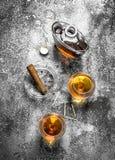 Franse cognac met een sigaar stock fotografie
