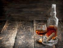 Franse cognac met een sigaar stock afbeelding