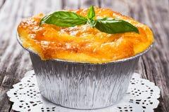 Franse cuisine- julienne Paddestoel, kippen en kaasgratin in de vorm van Aluminiumfoliemini baking met basilicumbladeren wordt ve royalty-vrije stock foto