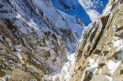Franse die alpen met sneeuw worden behandeld Chamonix-Mont-Blanc tijdens de wintertijd Perfecte plaats voor berg het beklimmen royalty-vrije stock foto's
