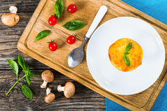 Franse die cuisine- julienne gratin in kop met basilicum wordt verfraaid royalty-vrije stock foto's