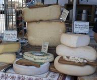 Franse die kaas voor verkoop bij de markt in Arles Frankrijk wordt getoond Stock Afbeelding