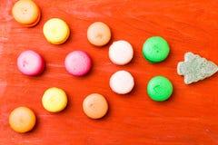Franse die macarons als Kerstboom op roze achtergrond gestalte wordt gegeven royalty-vrije stock afbeeldingen