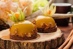Franse die moussecake met karamelglans wordt behandeld Stock Fotografie