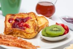 Franse die toosts met fruit, bacon, honing, jam en koffie worden gekookt en worden gediend royalty-vrije stock fotografie