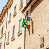 Franse en Braziliaanse die vlag buiten het venster in de stad wordt gehangen Royalty-vrije Stock Fotografie