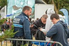 Franse gemeentelijke politie die het publiek controleren Stock Foto's