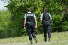 Franse gendarmeriepatrouille met kogelvrije vesten in grensbos Stock Fotografie