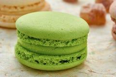 Franse groene macaron op ver*pakken-papier Stock Afbeelding