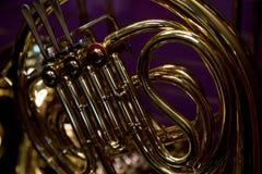 Franse hoorn purpere achtergrondconceptenmuziek Royalty-vrije Stock Foto