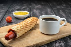 Franse Hotdog en koffie op houten lijst royalty-vrije stock afbeelding