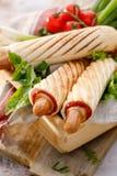 Franse Hotdogs met ketchup en mosterd, heerlijk straatvoedsel Stock Foto