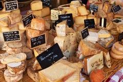 Franse kaas bij de markt van de Provence Stock Foto