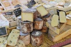 Franse kaas bij de markt van de Provence Stock Afbeelding