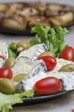 Franse kaas, gevulde olijven en kersentomaten Royalty-vrije Stock Foto