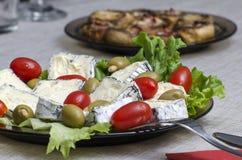 Franse kaas, gevulde olijven en kersentomaten Royalty-vrije Stock Afbeeldingen