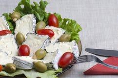 Franse kaas, gevulde olijven en kersentomaten Royalty-vrije Stock Afbeelding